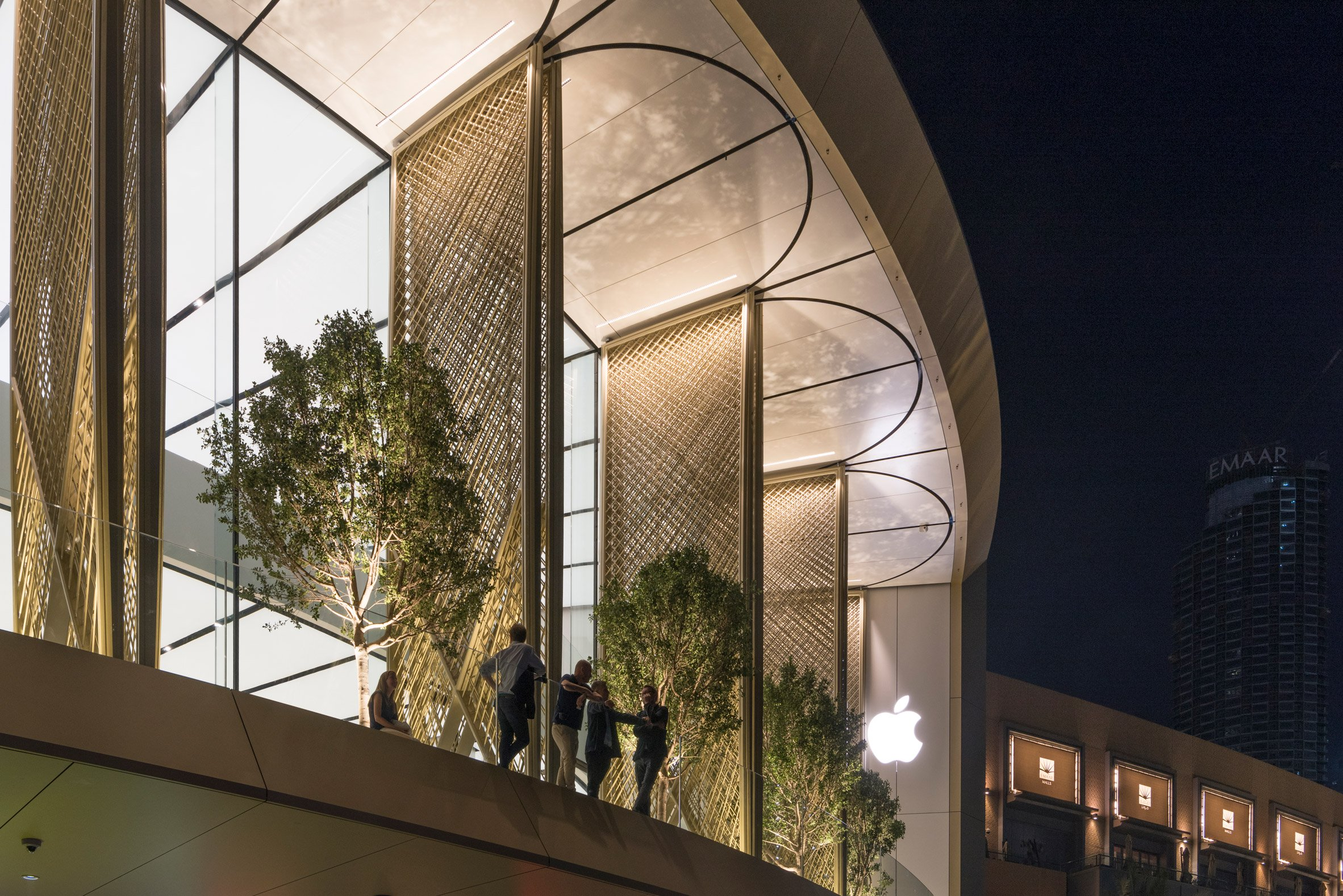 apple-dubai-mall-foster-partners-architecture-retail-uae_dezeen_2364_col_4